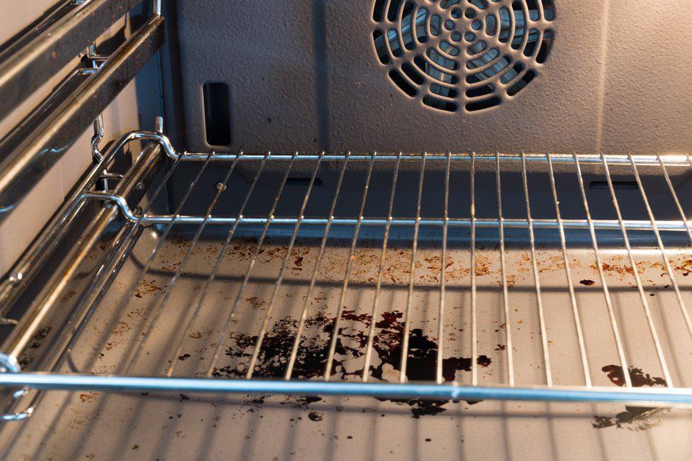 Le fond du four doit être nettoyé régulièrement.