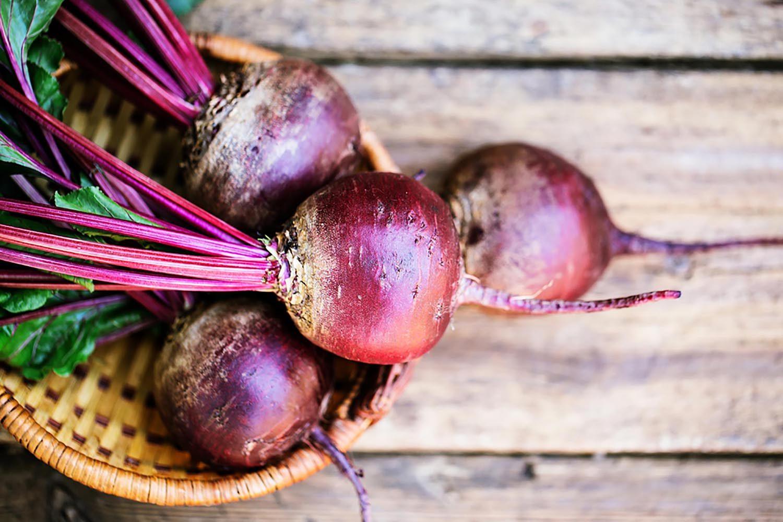 Dégustez des fruits et légumes de saison, comme la betterave.