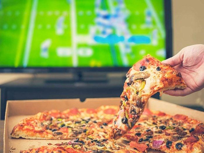 Manger devant la télé n'est pas bon pour votre graisse abdominale.