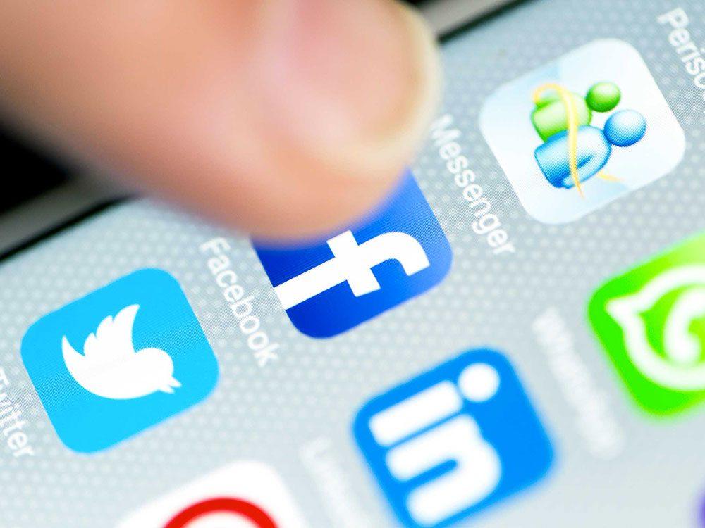 Être accro aux médias sociaux peut augmenter votre graisse abdominale.
