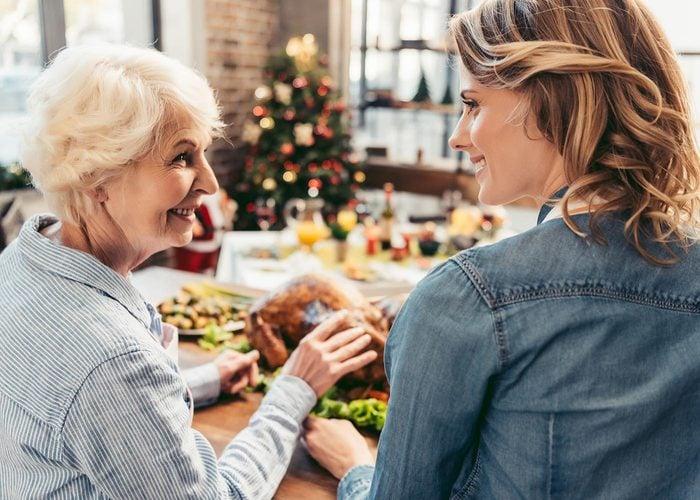Questionnez vos grands-parents à propos des traditions qu'ils aiment.