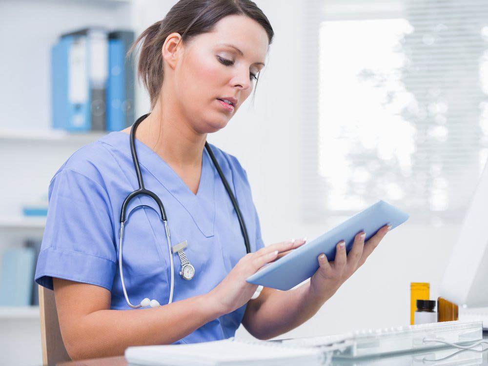 Les infirmières s'occupent aussi de la paperasse.