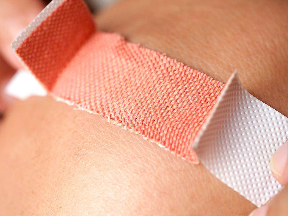 Les infirmières savent comment retirer un pansement sans faire mal.