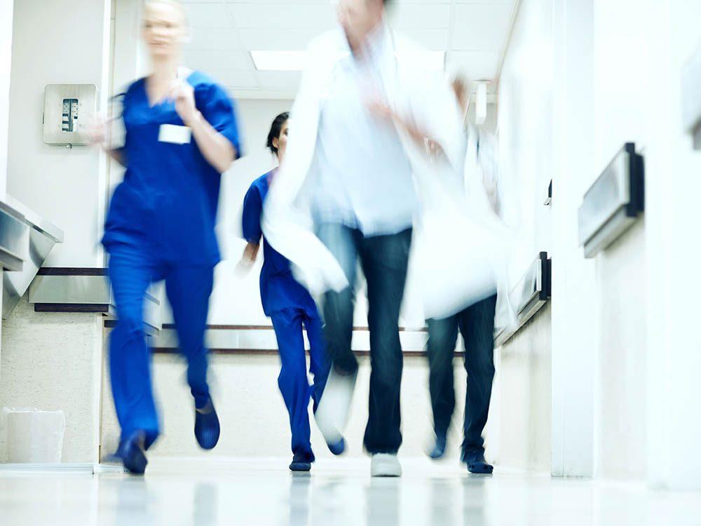 Les infirmières restent toujours calmes.