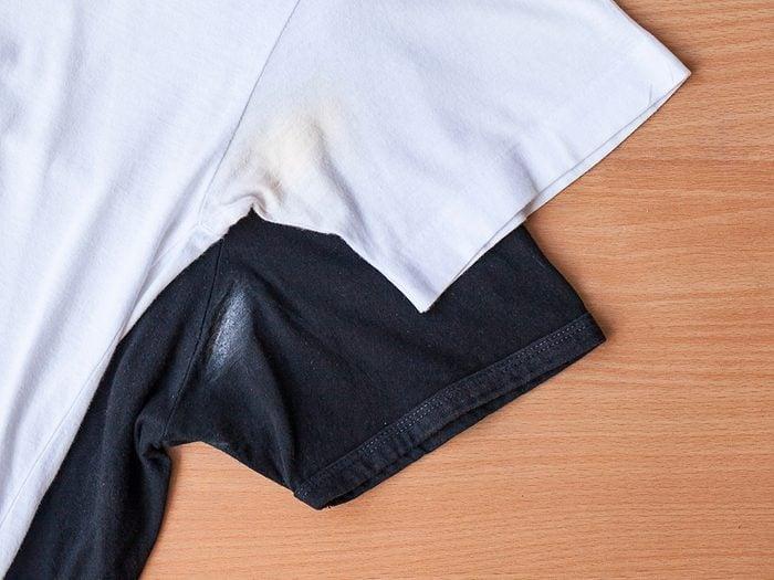 Effacez les marques d'antisudorifique sur les vêtements avec des lingettes pour bébé.