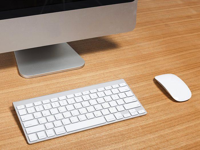 Nettoyez votre clavier d'ordinateur avec des lingettes pour bébé.