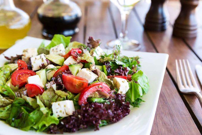 Durant la pause repas au restaurant, mangez intelligemment.