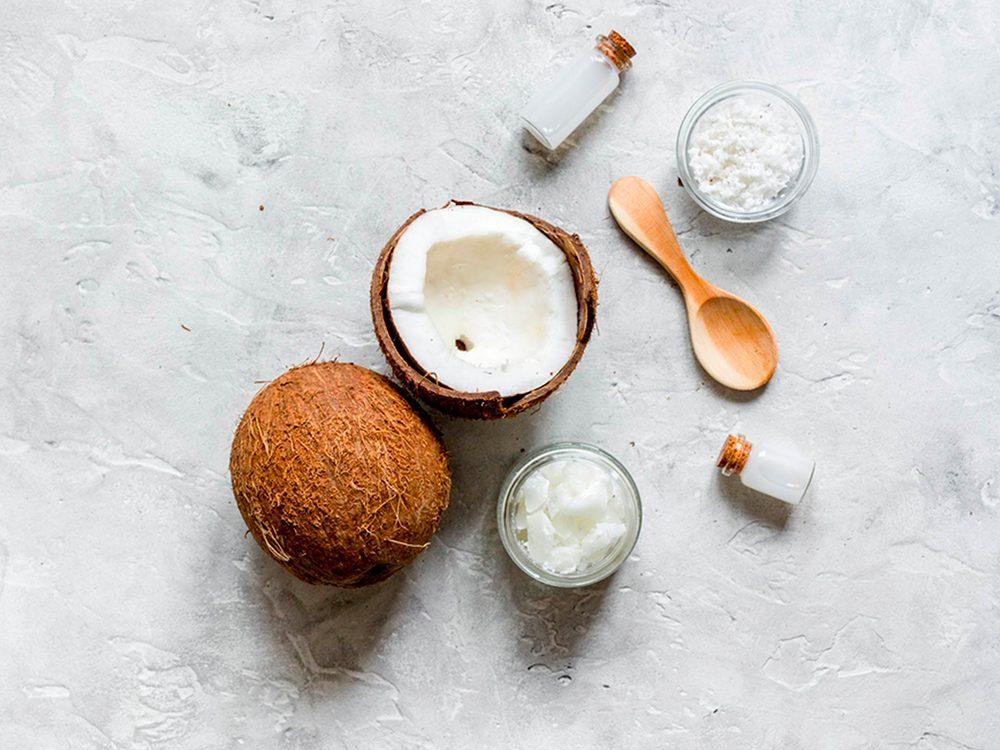Envisagez l'huile de noix de coco pour votre peau.