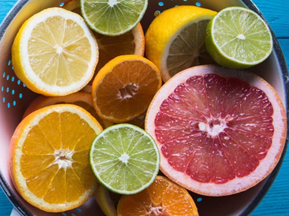 Gardez une peau hydratée grâce à la vitamine C contenue dans les agrumes.