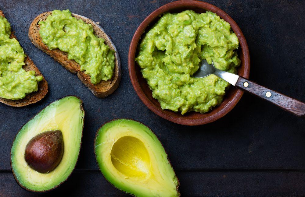 Pour garder une peau hydratée, faites le plein de vitamine E grâce aux avocats.