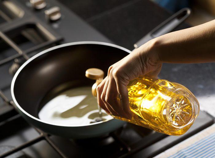 Le plombier ne vous recommande pas de jeter l'huile de cuisson dans l'évier.