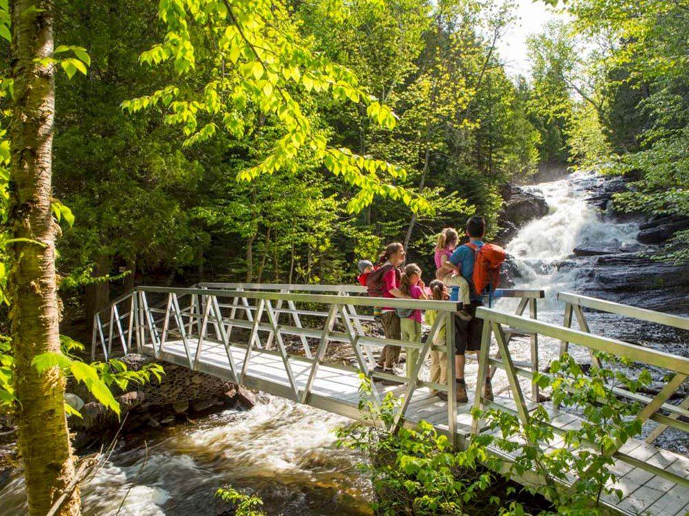 Profitez d'une randonnée pédestre au parc national du Lac-Témiscouata.