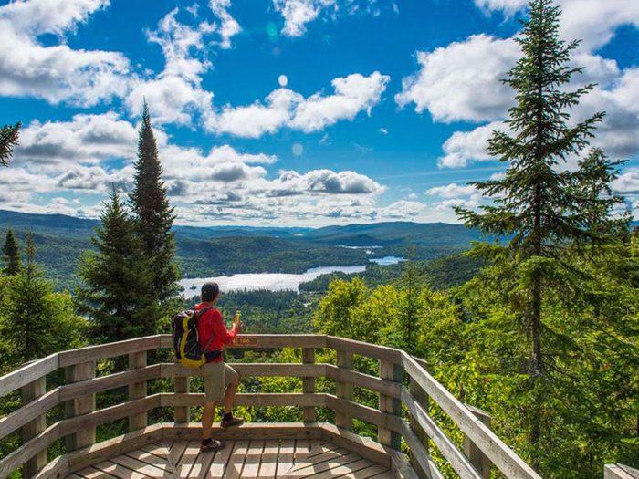 Profitez d'une randonnée pédestre au parc national du Mont-Tremblant.