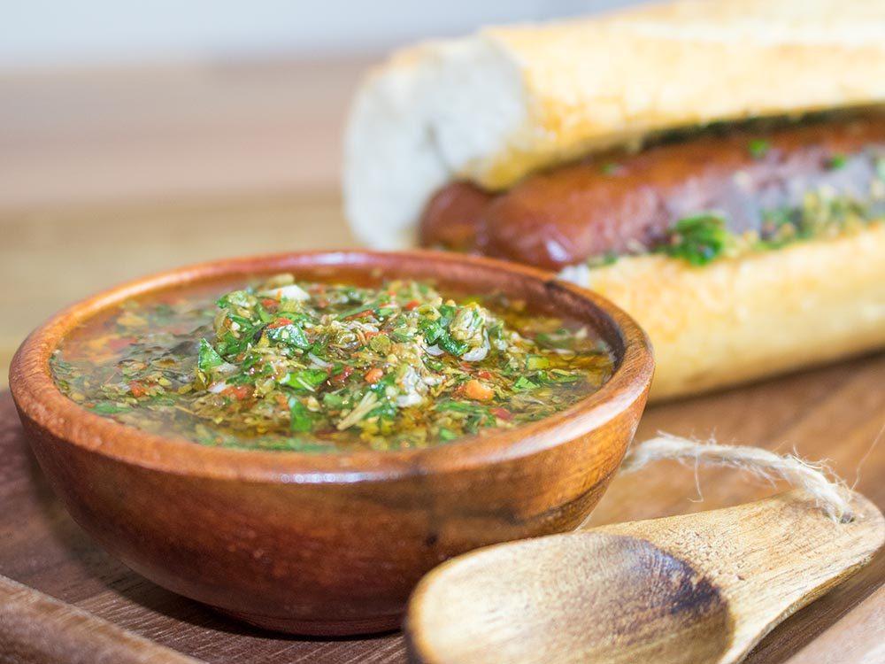 Parmi les meilleurs sauces et condiments, essayez la sauce chimichurri.