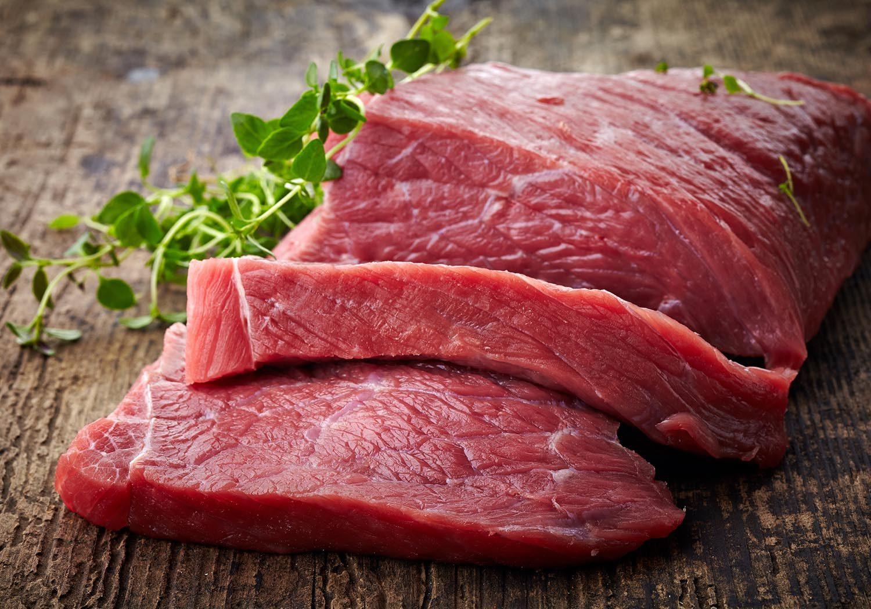 Du sel est injecté dans la viande fraîche.