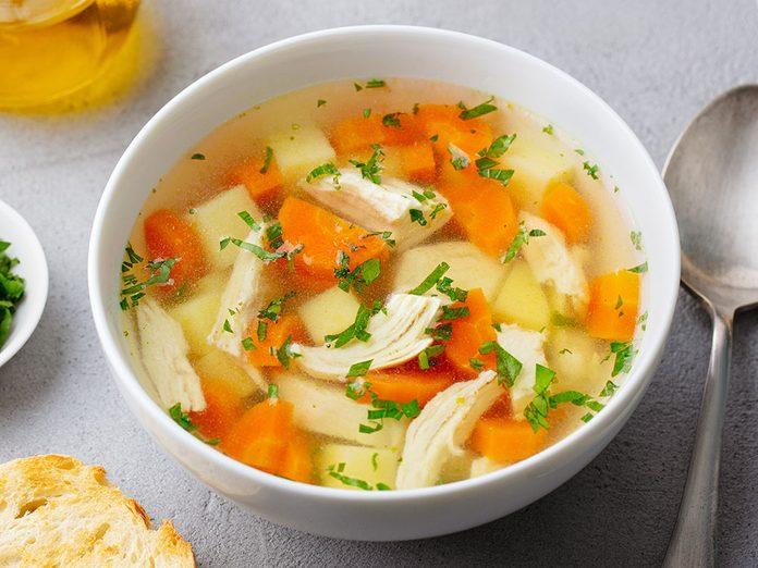 Sel et santé: la soupe de poulet contient trop de sel.