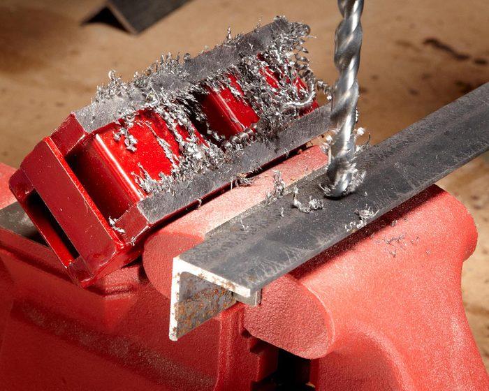 Trucs rénovation: utilisez un aimant pour collecter les particules de métal lorsque vous utilisez la perceuse.