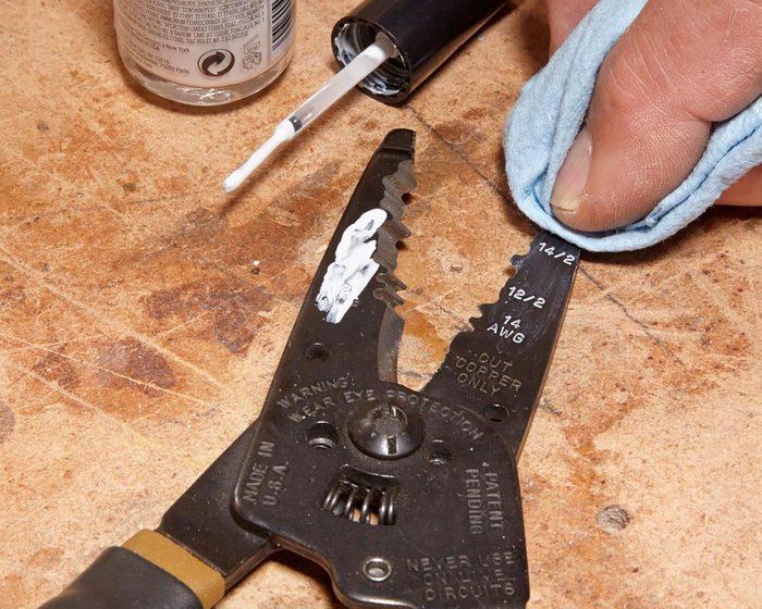 Trucs rénovation: utilisez du vernis pour lire les inscriptions sur vos outils.