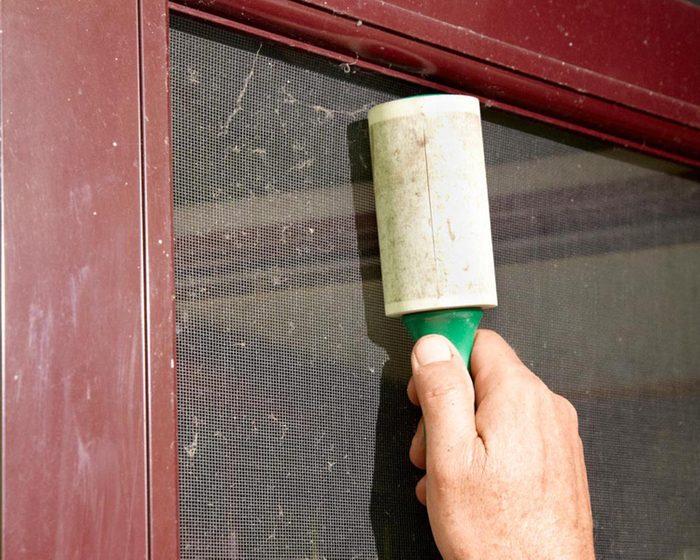 Trucs rénovation: éliminez le duvet de vos moustiquaire grâce à un rouleau adhésif.