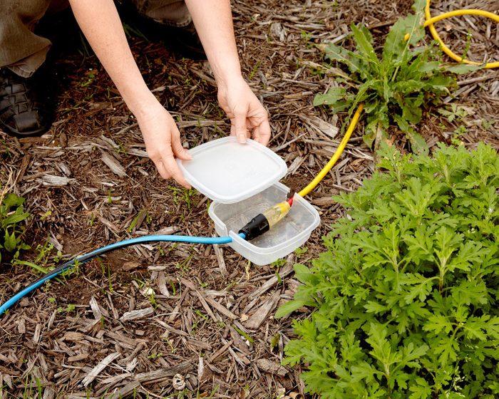 Trucs rénovation: protégez votre rallonge électrique avec une boîte en plastique.