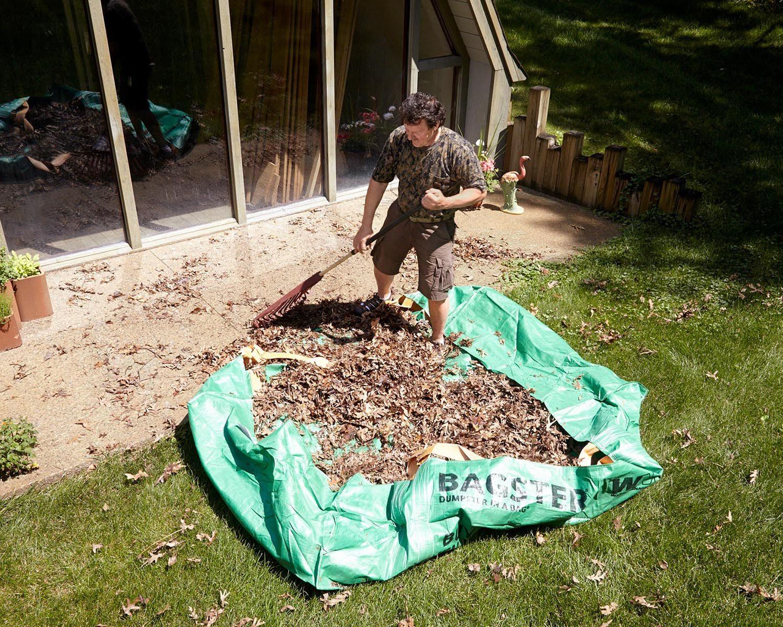Trucs rénovation: servez-vous d'un sac de bricoleur pour ramasser plus vite les feuilles mortes du jardin.