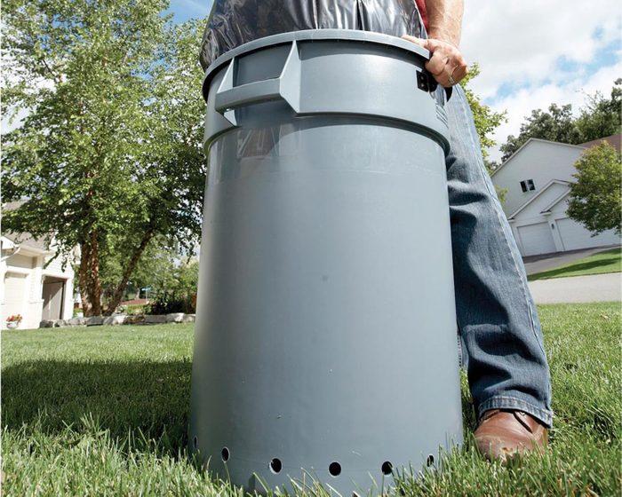 Trucs rénovation: sortez votre sac à ordure plus facilement en faisant des trous dans le bas de la poubelle.