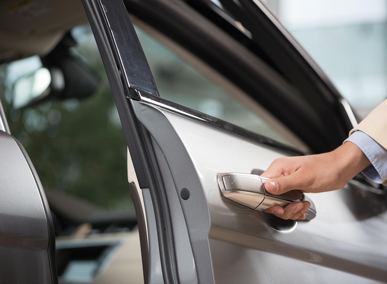 Préparez votre voiture pour l'hiver en lubrifiant les joints d'étanchéité des portes.