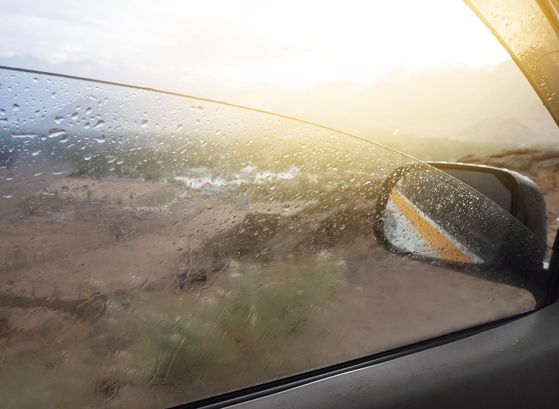 Préparez votre voiture pour l'hiver: lubrifiez les glissières des vitres.