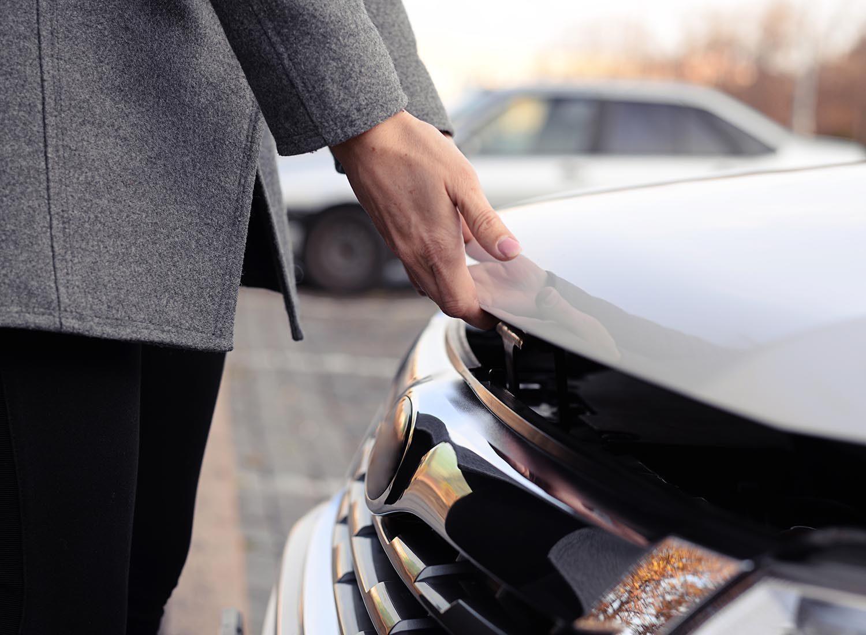 Préparez votre voiture pour l'hiver en lubrifiant le loquet du capot.