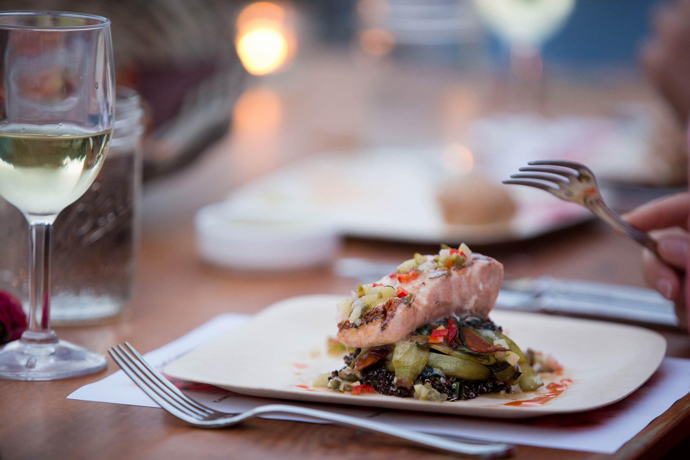 Du saumon grillé sur planche de cèdre, pour un lunch santé