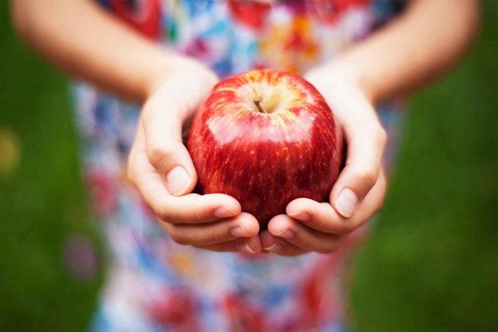 Faire un bricolage facile avec les enfants avec des pommes