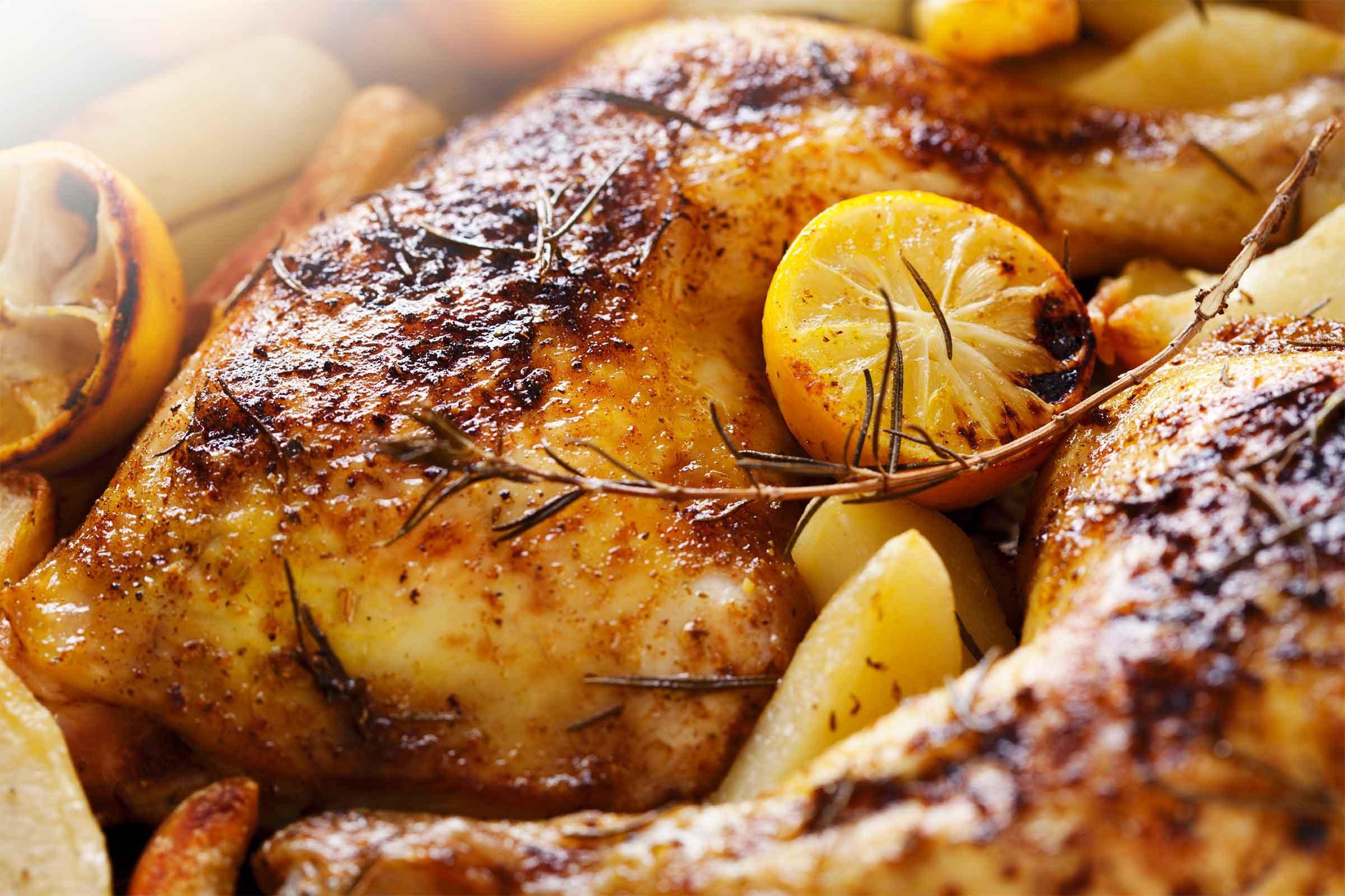 Rôtir un poulet juteux et tendre accompagné de pommes