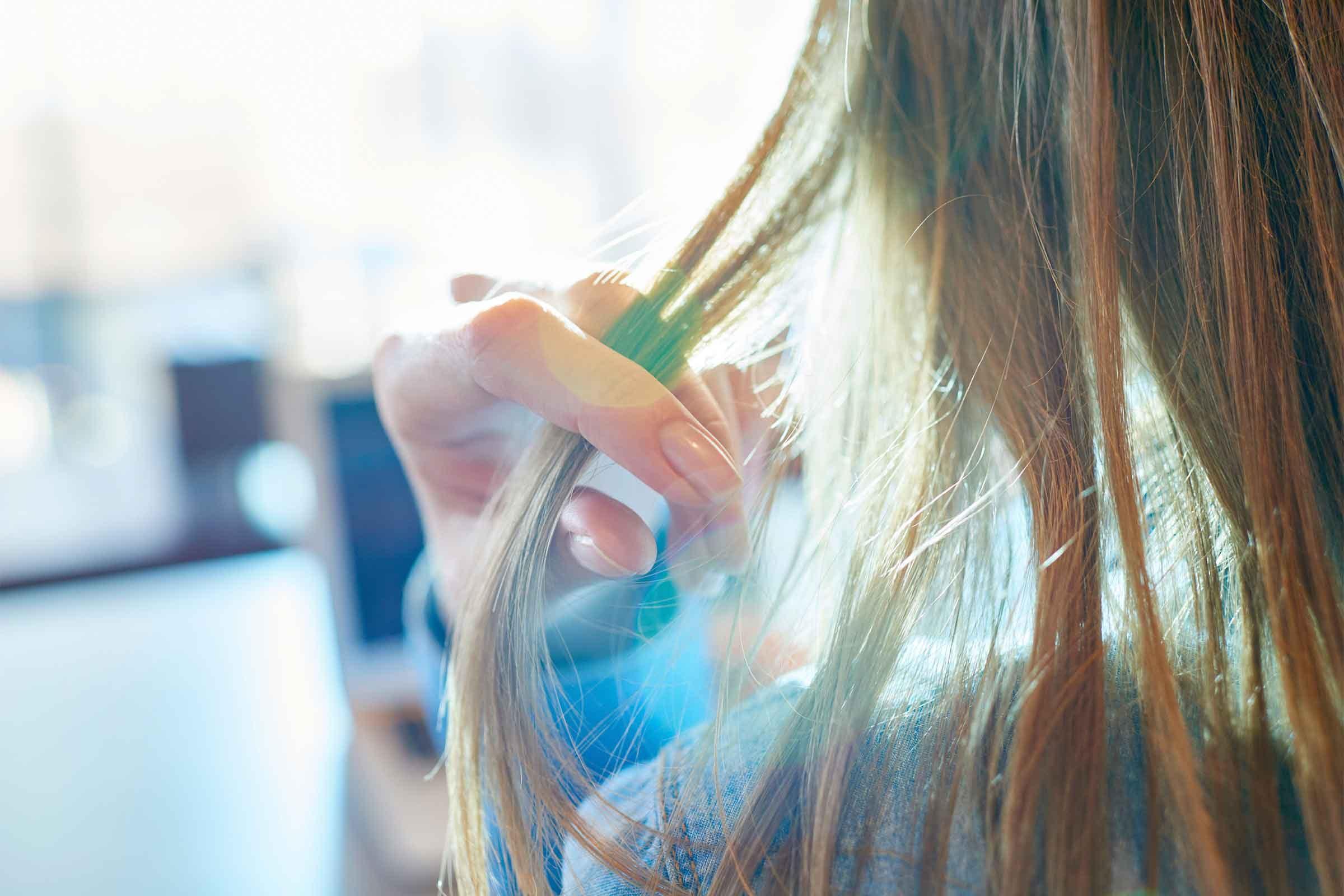 Nettoyer vos cheveux gras avec des pommes