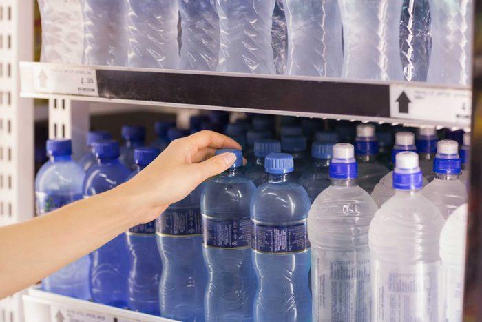 À l'aéroport n'achetez pas d'eau, et par la même occasion tout ce qui se boit