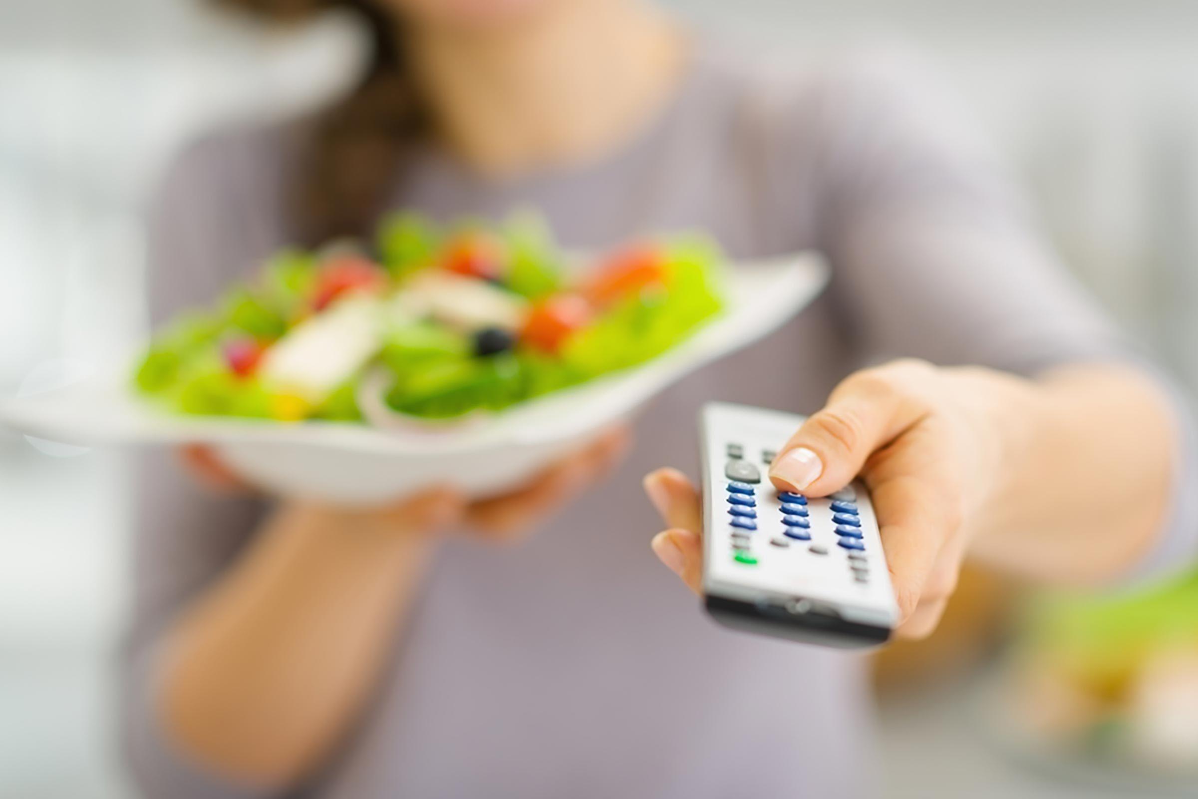 Conseil de santé : ne pas manger devant la télé