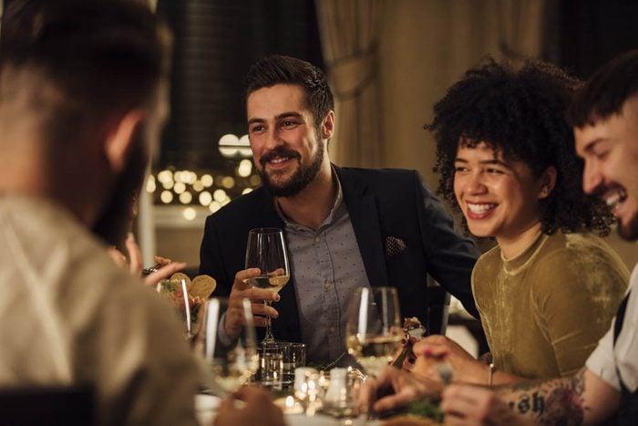 Alzheimer : invitez des amis à souper pour réduire le risque.