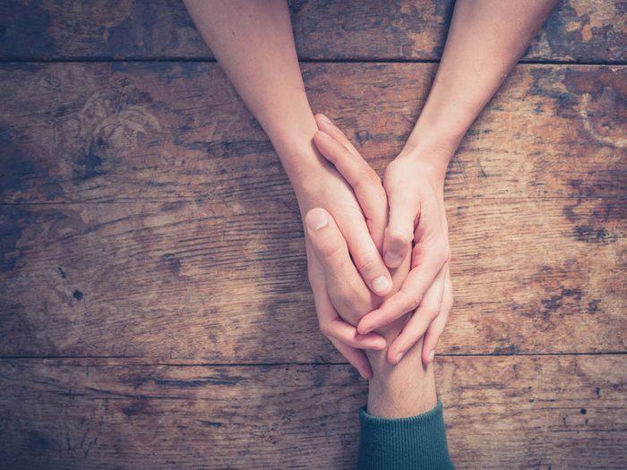 Pour réduire le risque d'Alzheimer, tenez la main de quelqu'un.