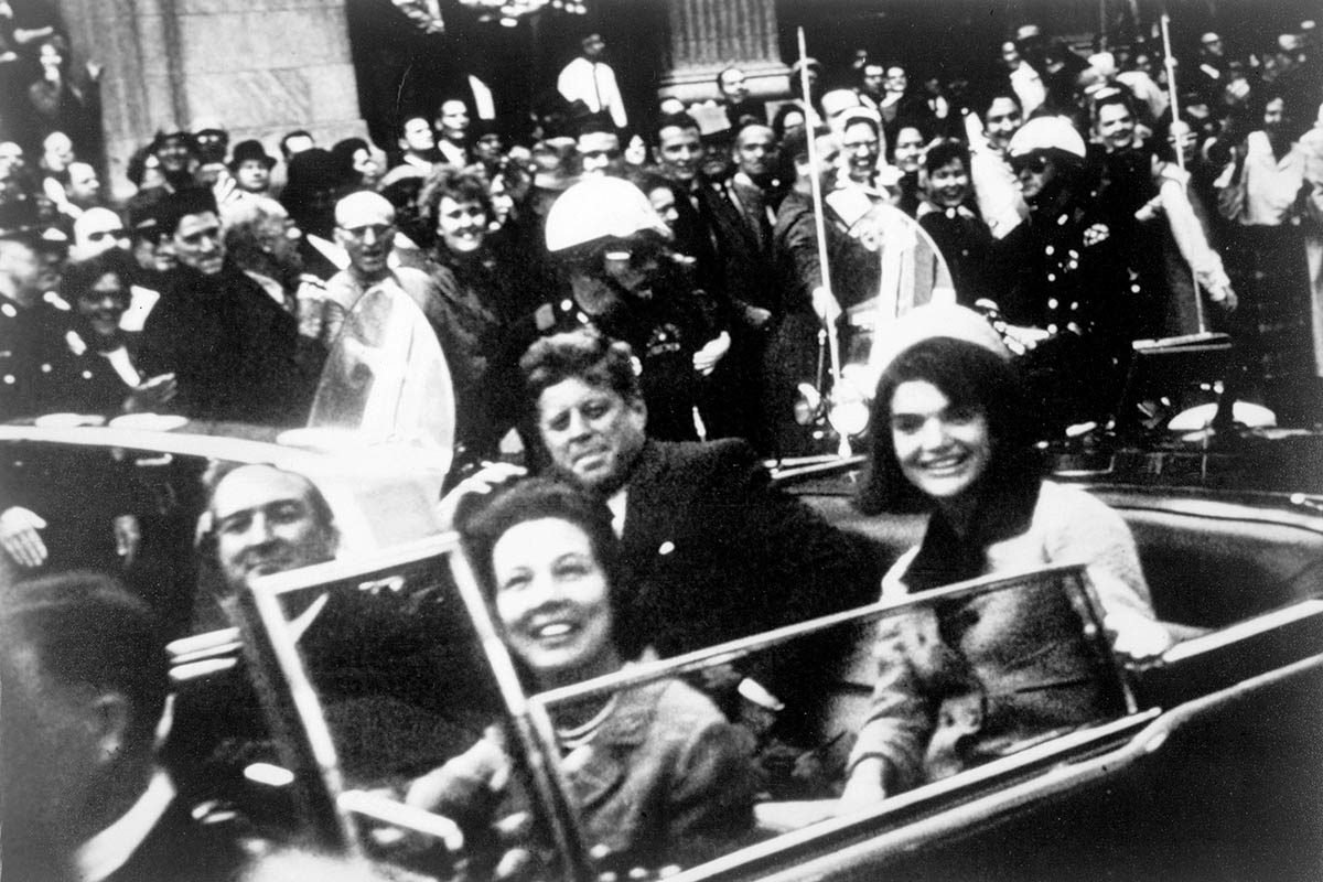 Assassinat de JFK : le président a été frappé d'une balle à la tête.