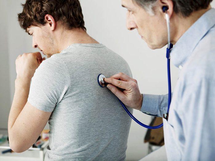 L'asthme peut affecter des adultes.