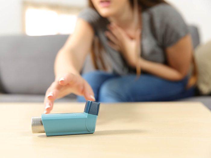 Un inhalateur permet de calmer l'asthme.