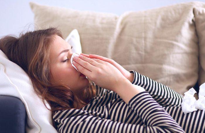 Évitez d'attraper un rhume en jetant tous vos mouchoirs en papier.