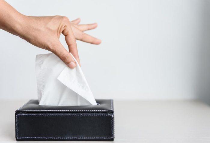 Évitez d'attraper un rhume en protégeant vos mains avec un mouchoir en papier.