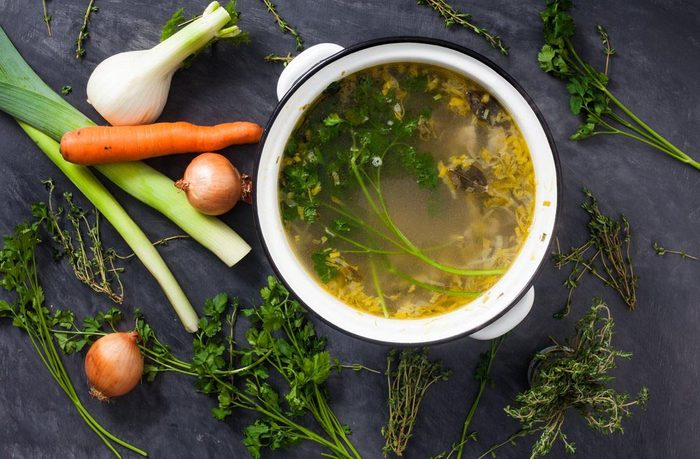 Évitez d'attraper un rhume en buvant du bouillon de poulet.