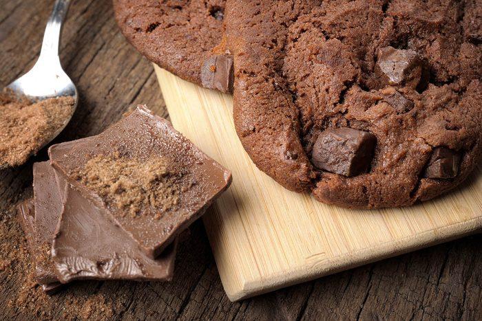 Dégustez des biscuits santé double chocolat à la cerise et aux baies de poivre rose.