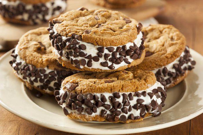Dégustez des biscuits santé fourrés à la crème glacée.