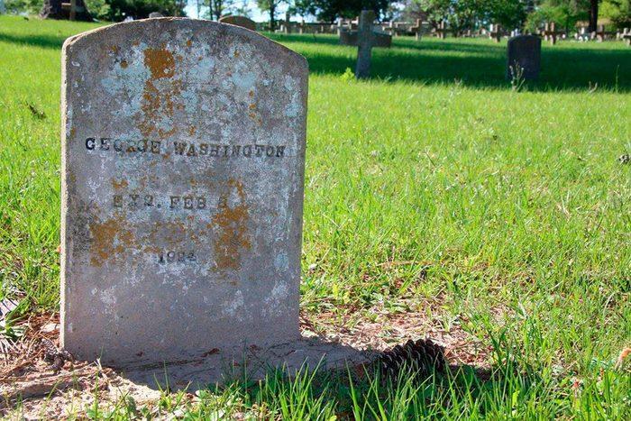 Chair de poule : photo de la tombe d'un autre George Washington.