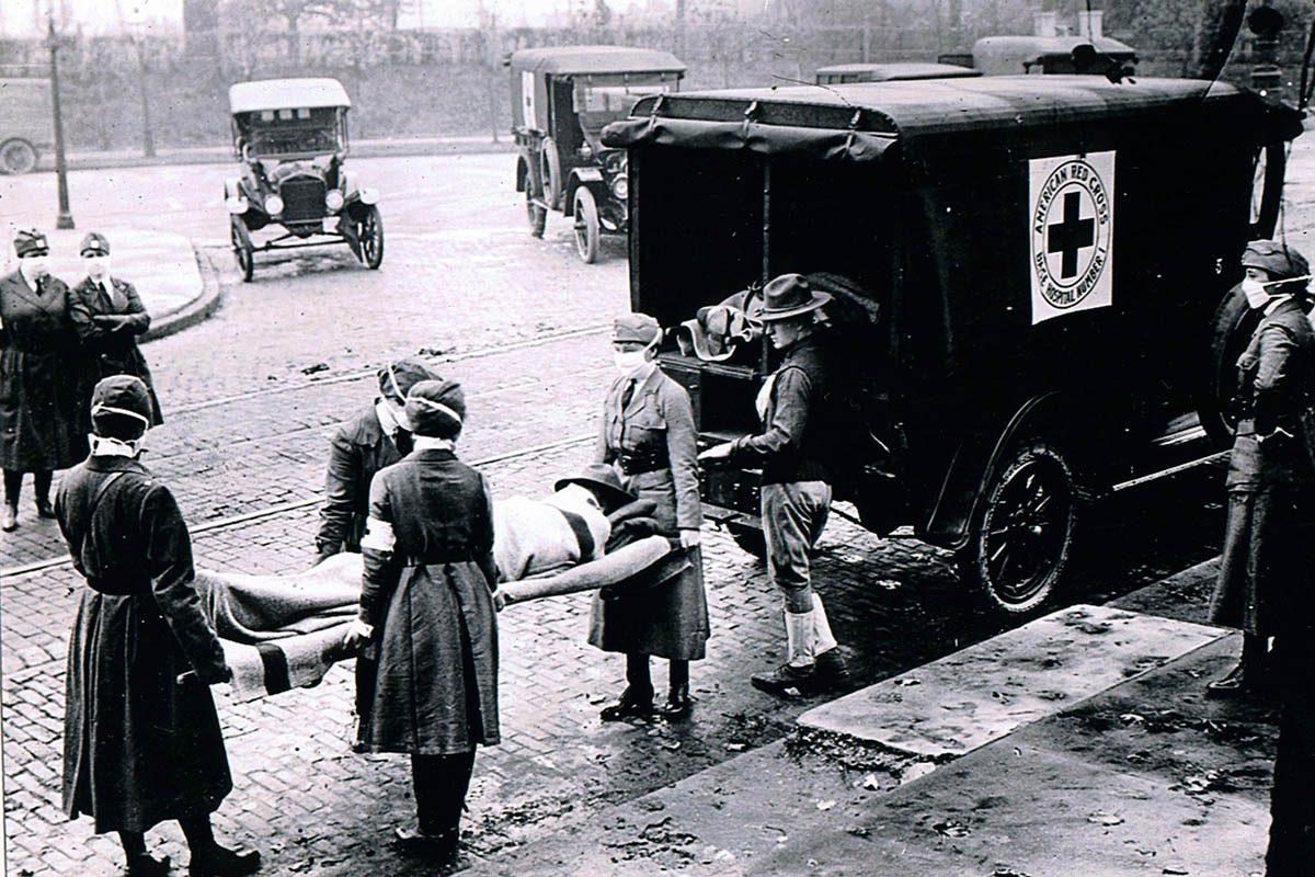 Chair de poule : photo d'un camion de la Croix-Rouge emportant des victimes de la grippe.