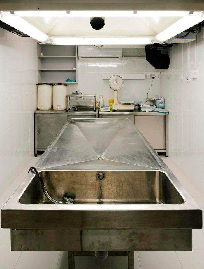Chair de poule : photo d'une table d'autopsie.