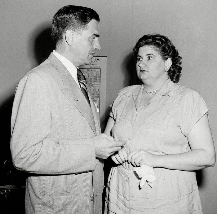 Chair de poule : photo de Martha Beck rencontrant son avocat.
