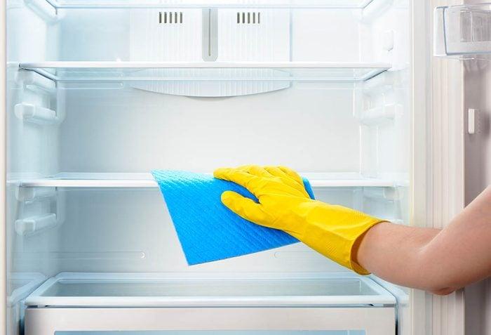 Diminuez votre consommation d'électricité en nettoyant votre réfrigérateur et congélateur.
